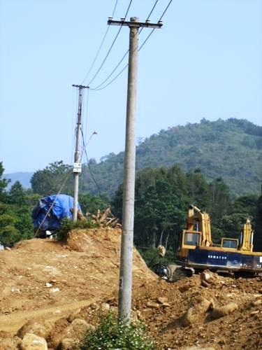Hạng mục làm đường dài 1,007 km vào Bản Piêng nhiều năm qua vẫn dang dở.